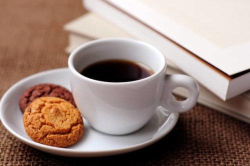 カフェ巡りをやめて節約した金額は微々たるもの。時間と余裕がほしいときは、カフェに行こう!