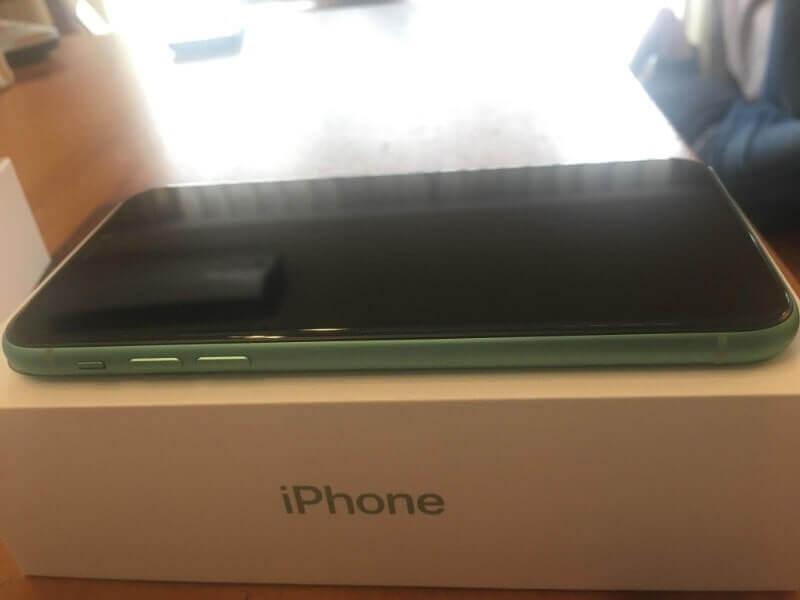 iPhone11|グリーン128GB(左)